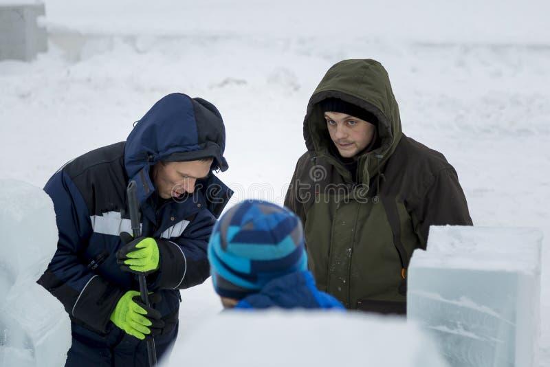 Tre arbetare som talar på konstruktionsplatsen royaltyfri fotografi
