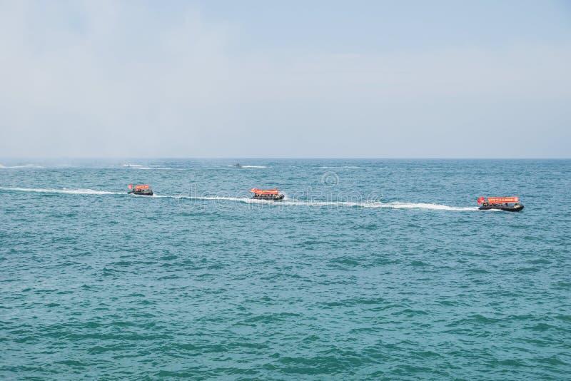 Tre arméfartyg med flaggor i rad för en militärövning, Jeju-si, Jeju ö, Sydkorea arkivbild