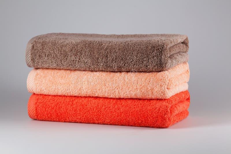 Tre asciugamani di bagno dei colori differenti fotografia stock