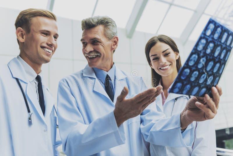 Tre attraktiva doktorer arkivfoton