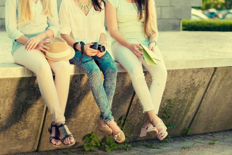 Tre attraktiva turist- flickvänner arkivbild