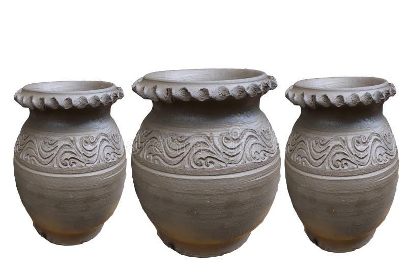 Tre av det rå formatet för lerakrukor som isoleras på vita bakgrunder royaltyfria bilder