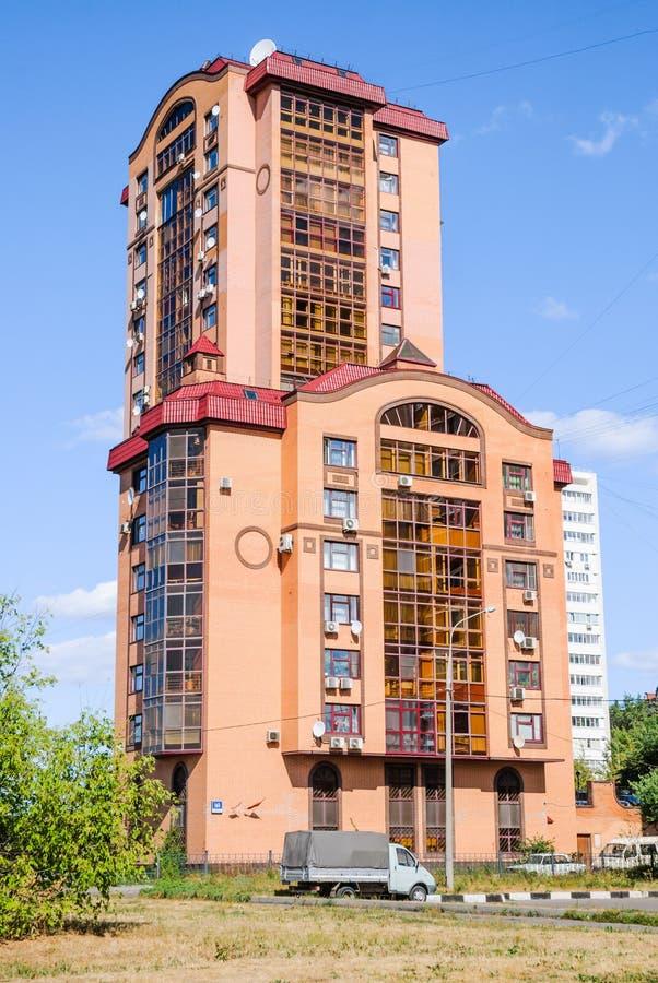 Tre-avsnitt mång--våning tegelsten-monolitiskt hus, utsikt Mira, 161 För folkappell` turkisk för hus för ` eller röd hus` för `, arkivbilder