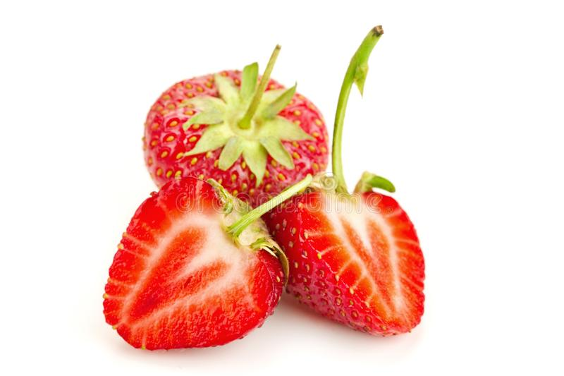 Tre bär av mogna saftiga jordgubbar på den vita tabellen arkivbilder