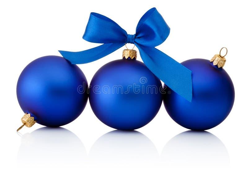 Tre bagattelle blu di Natale isolate su fondo bianco fotografia stock