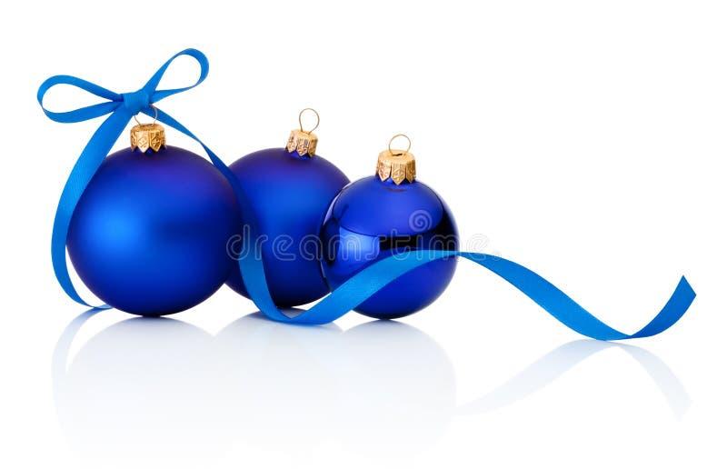 Tre bagattelle blu di Natale su fondo bianco fotografie stock