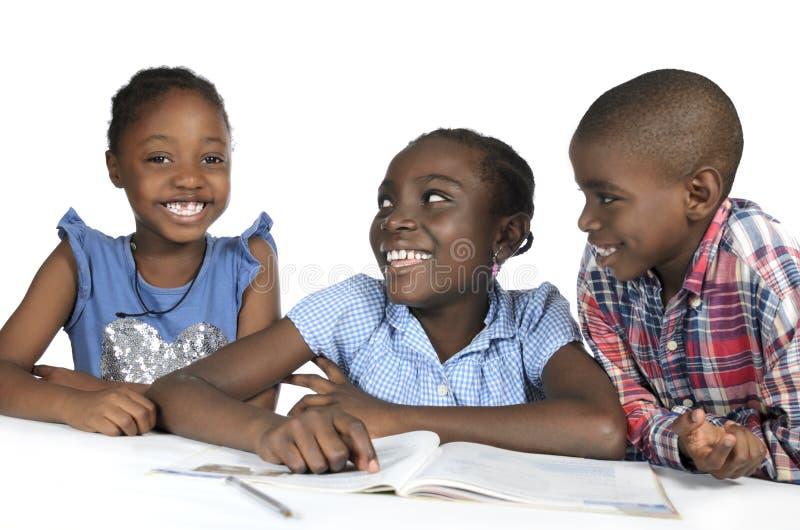 Tre bambini africani che imparano insieme immagini stock