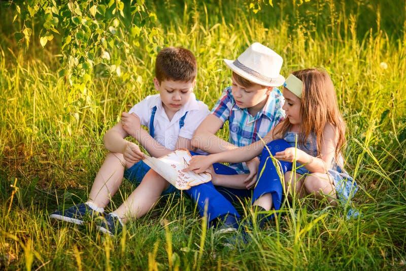 Tre bambini colti insieme di estate Ritratto della sorella e del fratello nel villaggio immagine stock