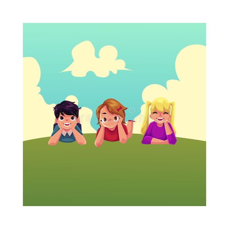 Tre bambini felici che si trovano sull'erba verde sotto il cielo di estate illustrazione vettoriale