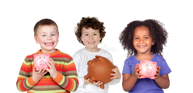 Tre bambini felici con i porcellini salvadanaio fotografia stock