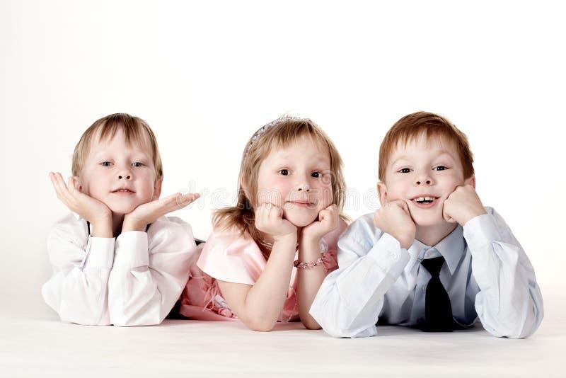Tre bambini osservano nell'alloggiamento fotografia stock libera da diritti