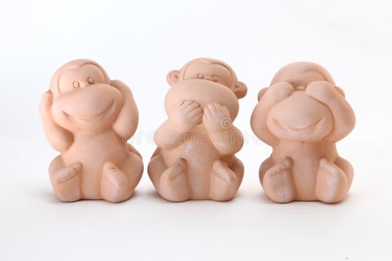 Tre bambole della scimmia chiudono le loro orecchie degli occhi della bocca immagine stock libera da diritti