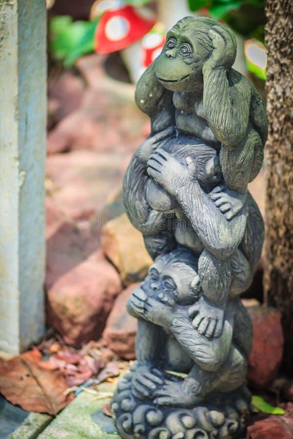 Tre bambole della scimmia sono modellate facendo uso delle orecchie di fine di azione della mano, occhi fotografia stock