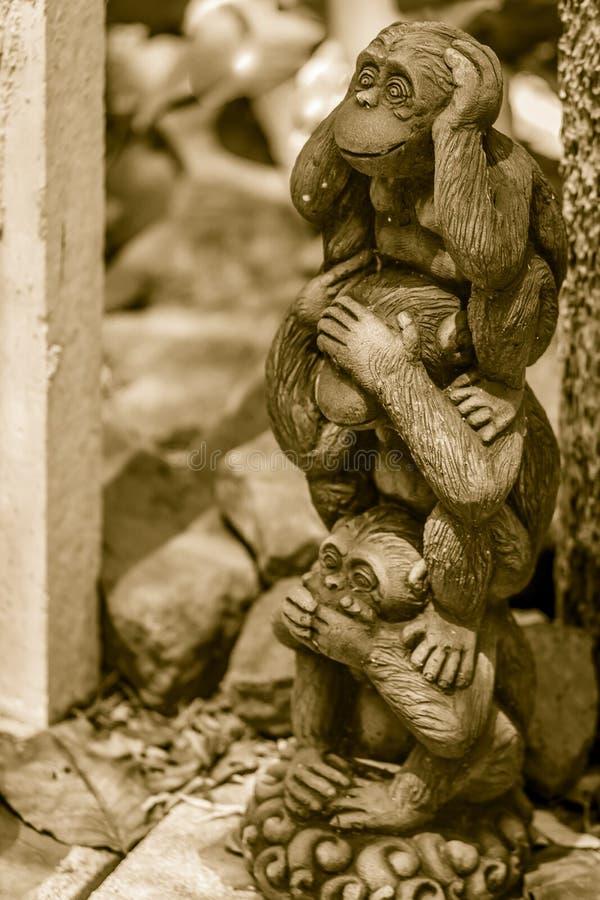 Tre bambole della scimmia sono modellate facendo uso delle orecchie di fine di azione della mano, occhi fotografie stock