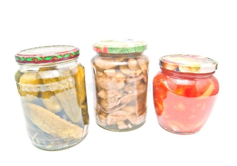 Tre barattoli con differenti verdure marinate fotografia stock libera da diritti