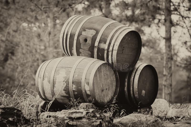 Tre barilotti di vino impilati - seppia fotografia stock libera da diritti