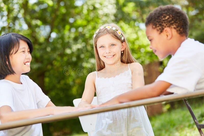Tre barn i det internationella dagiset arkivfoto