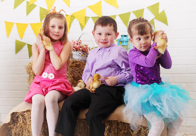Tre barn med ankungar royaltyfri foto