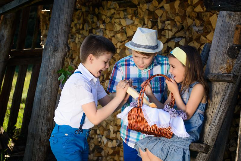 Tre barn som tillsammans spelas i sommaren arkivbilder
