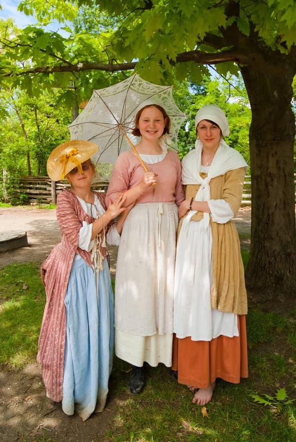 Tre barnkvinnligmodeller som visar gamla modetorkdukar royaltyfri fotografi