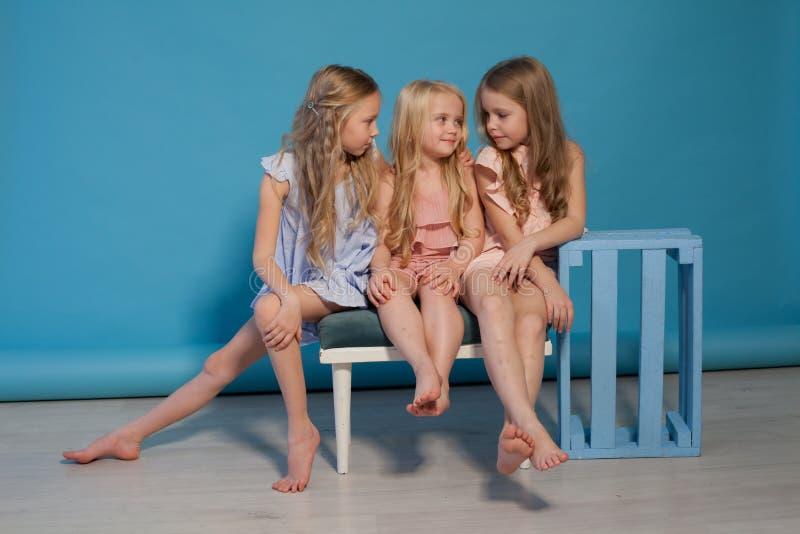 Tre bei vestiti dalle bambine adattano le sorelle del ritratto fotografie stock libere da diritti
