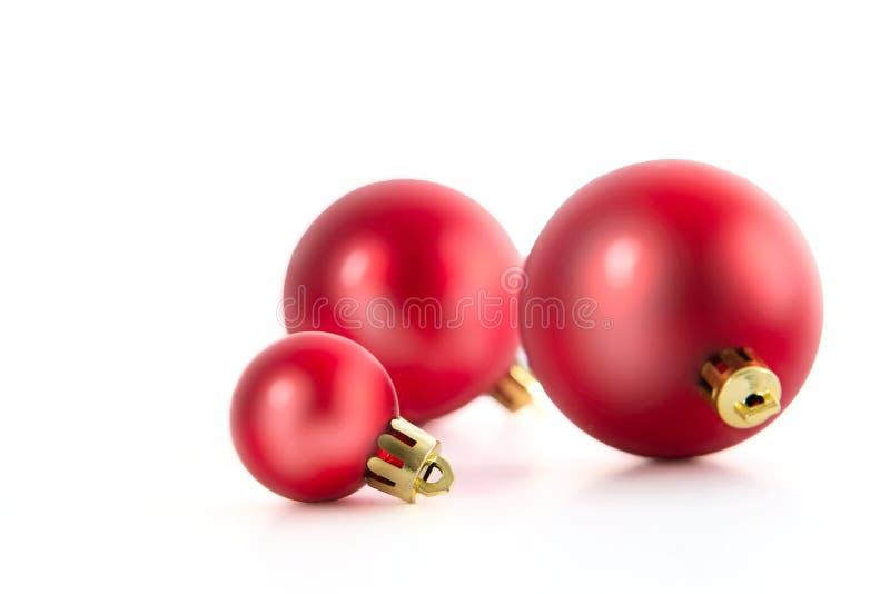 Tre belle palle rosse di Natale isolate su fondo bianco Primo piano del colpo dello studio fotografie stock