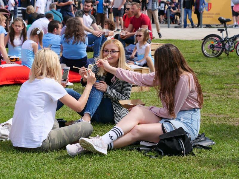 Tre belle ragazze mangiano i sushi immagine stock libera da diritti