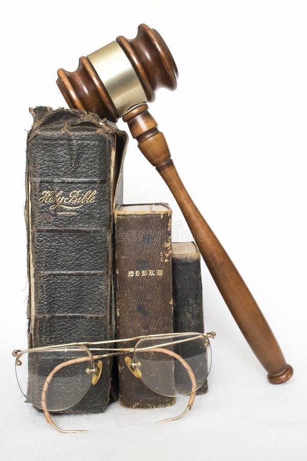 Tre bibbie antiche di cuoio verticali con Gavel e l'oggetto d'antiquariato Gla fotografia stock