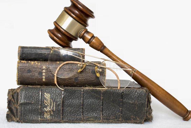 Tre bibbie di cuoio antiche con Gavel e Glas antico senza orlo immagini stock libere da diritti