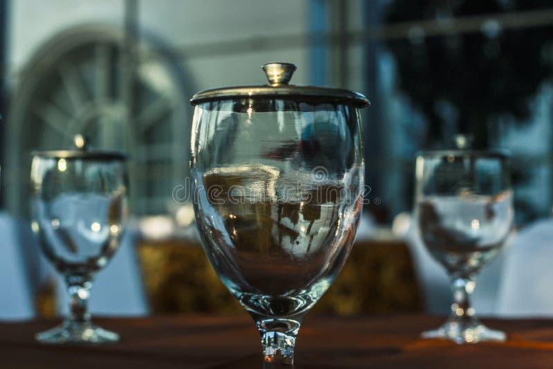 Tre bicchieri d'acqua sulla tavola immagini stock