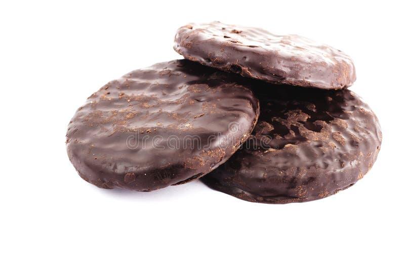 Tre biscotti del cioccolato zuccherato isolati su fondo bianco immagini stock libere da diritti
