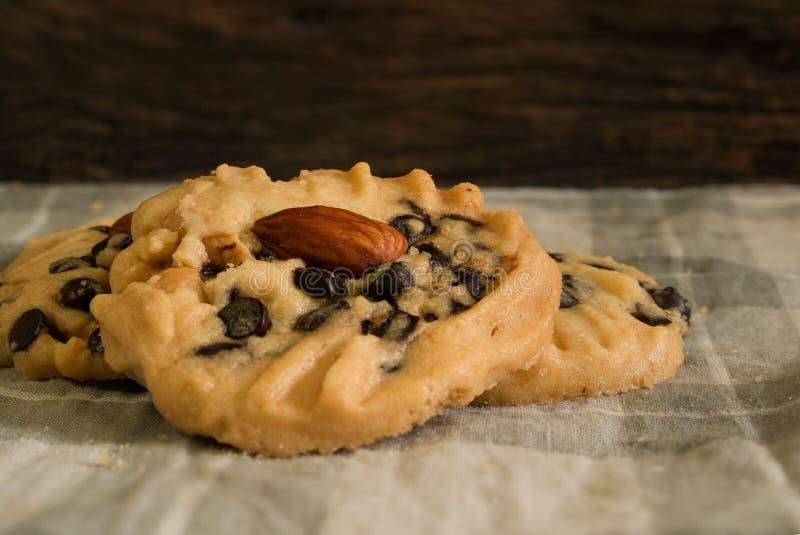 Download Tre Biscotti Di Pepita Di Cioccolato Fotografia Stock - Immagine di spuntino, dessert: 56893170