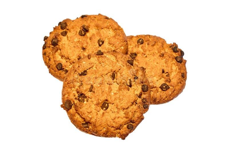 Tre biscotti dolci con i pezzi del cioccolato isolati su fondo bianco fotografia stock