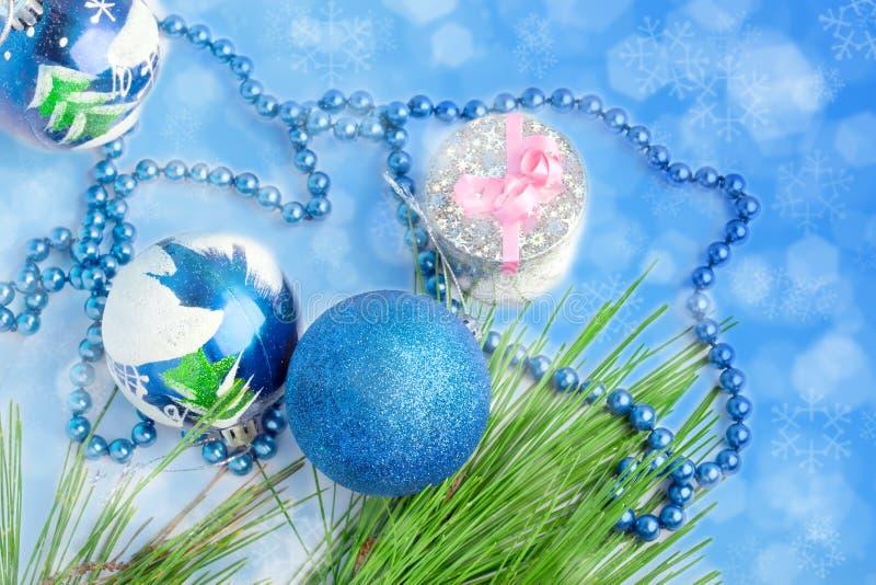 Tre blåa bollar och en gåva royaltyfria bilder