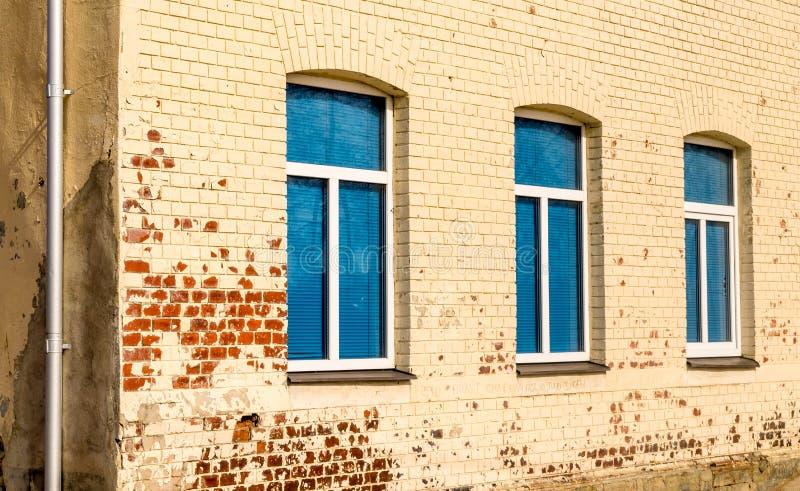 Tre blåa fönster i rad fotografering för bildbyråer
