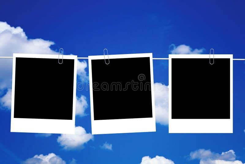 Tre blocchi per grafici in bianco della foto che appendono in linea fotografia stock