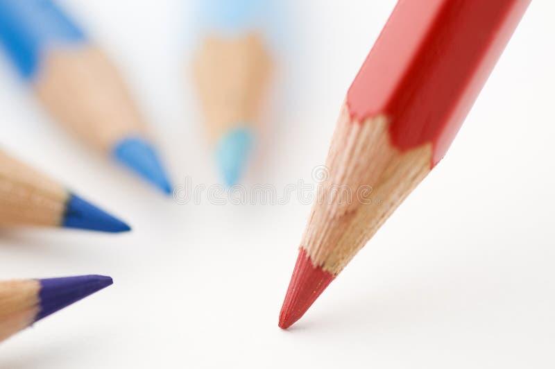 Tre blu ed un rosso disegnano a matita vicino immagine stock libera da diritti
