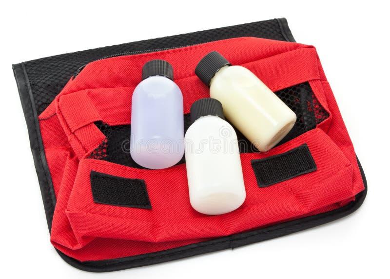 Tre bottiglie di formato di corsa su un sacchetto degli articoli da toeletta immagini stock libere da diritti