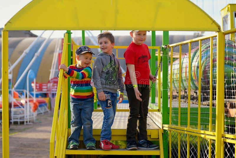 Tre bröder i ett nöjesfält royaltyfri bild