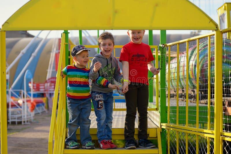 Tre bröder i ett nöjesfält arkivfoto