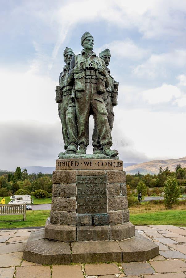Tre brittiska kommandon av kommandominnesmärken som ser in mot det Ben Nevis berget nära Spean broby i skotsk högland royaltyfri bild