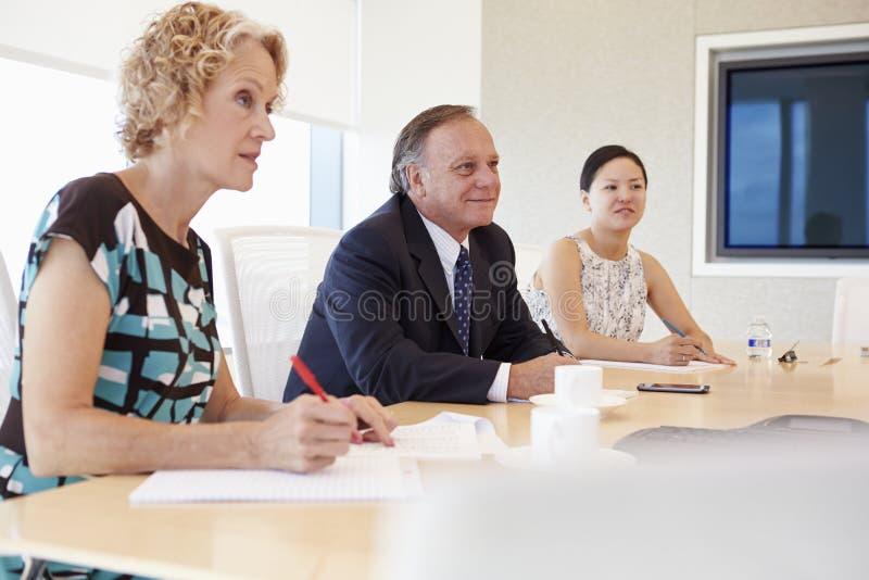 Tre Businesspeople som har möte i styrelse arkivbilder