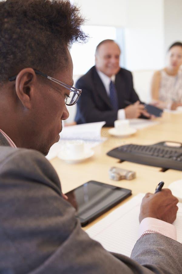 Tre Businesspeople som har möte i styrelse arkivfoto