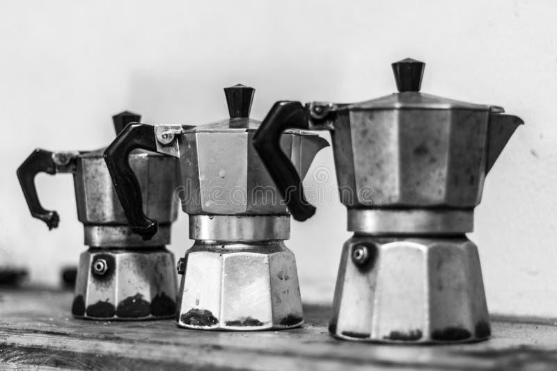 Tre caffettiere utilizzate di moka mettono in serbo in Italia immagini stock libere da diritti