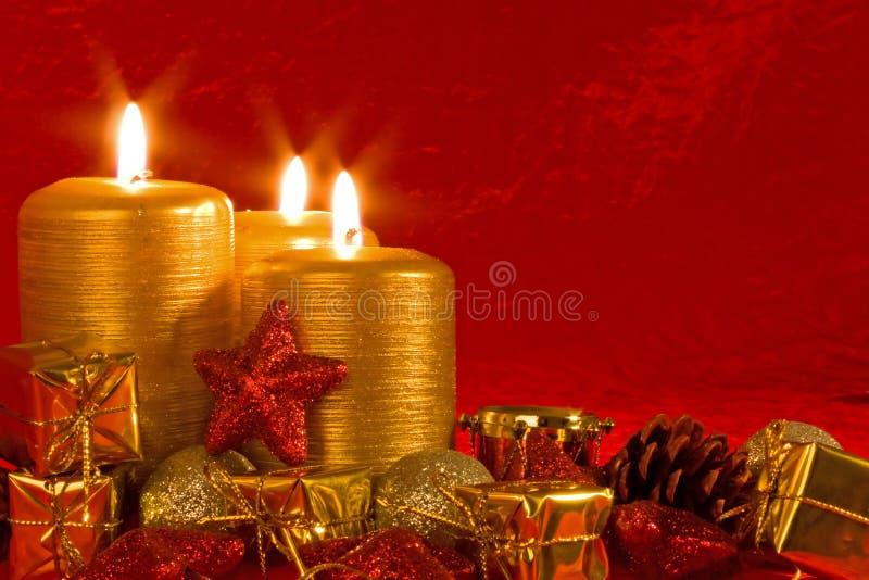Tre candele burning in una regolazione di natale fotografie stock libere da diritti