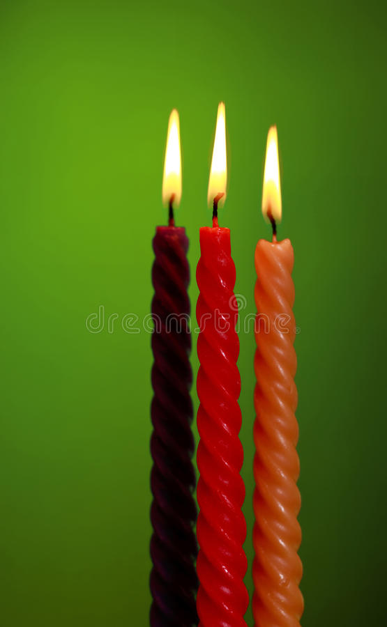 Tre candele su verde fotografia stock libera da diritti