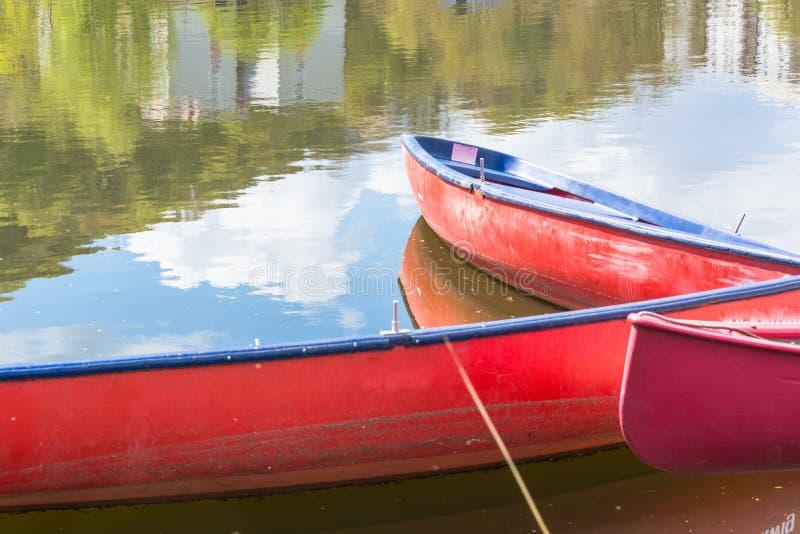 Tre canoe rosse in bianco fotografia stock