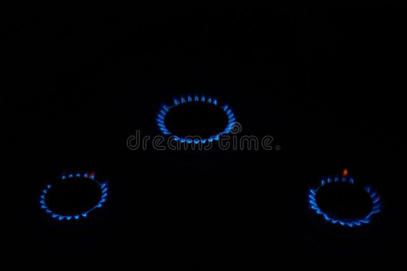 Tre cerchi di fuoco sulla superficie del gas Fiamma blu di gas Energia naturale fotografia stock libera da diritti