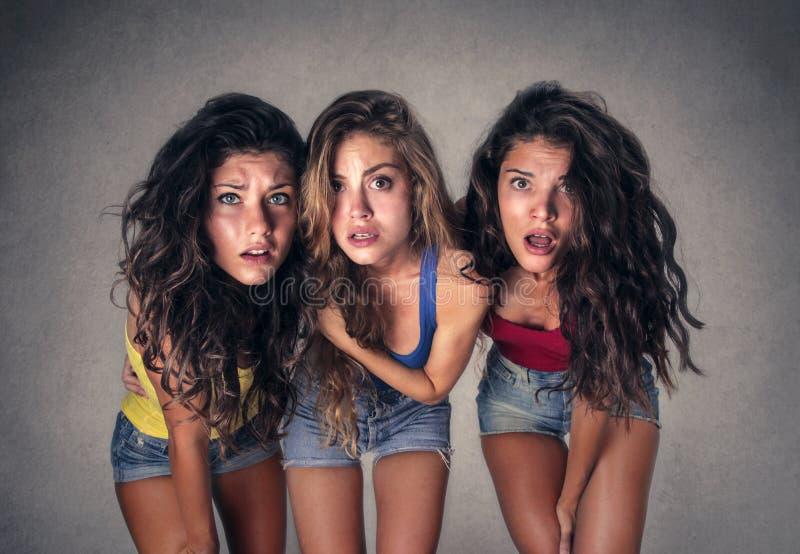 Tre chockade flickor fotografering för bildbyråer