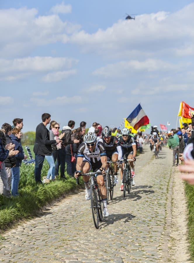 Tre ciclisti su Parigi-Roubaix 2014 fotografie stock